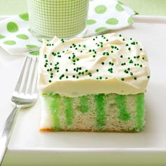 o' Green Cake St. Patrick's Day Wearing O' Green Cake Recipe - I also look at recipes like this as cupcake possibilitiesSt. Patrick's Day Wearing O' Green Cake Recipe - I also look at recipes like this as cupcake possibilities Cupcakes, Cupcake Cakes, Poke Cakes, St Patricks Day Cakes, Cake Recipes, Dessert Recipes, Party Recipes, Dessert Healthy, Easter Recipes
