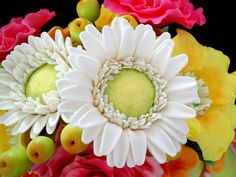 Gumpaste (or fondant) Gerber Daisy Tutorial! Free video tutorial and design ideas!