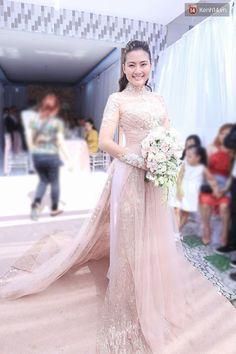 94 #platino #artist Ao Dai Wedding, Khmer Wedding, Vietnamese Clothing, Vietnamese Dress, Asian Wedding Dress, Traditional Gowns, Vietnamese Traditional Dress, Oriental Fashion, Bridal Dresses