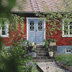 my scandinavian home: A Striking Holiday Home on The Swedish Island Of Gotland (AND it's for sale! Swedish Cottage, Wooden Cottage, Red Cottage, Sweden House, Red Houses, Porche, Deco Boheme, Cottage Exterior, Scandinavian Home