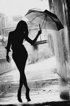 donna in controluce con ombrello