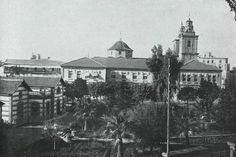 the building was originally conceived as a school, but between1916-1921 served as headquarters for the University of Murcia. During this period, the original building was expanded by adding a second floor and closing the courtyard designed by the architect Pedro Cerdán..