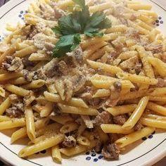 Oggi ricetta veloce ma molto gustosa e saporita #pennetterigate con #funghiesalsiccia #pasta #champignon . .RICETTA PENNE RIGATE CON FUNGHI E SALSICCIA Soffriggere in olio evo una cipolla e uno spicchio di aglio intero (che dopo andrà eliminato), aggiungere un peperoncino piccante e 300g di salsiccia sbriciolata, far rosolare, aggiungere i funghi e dopo qualche minuto sfumare con il vino bianco. Sale, pepe q.b. A questo punto mantecare con 250g di panna da cucina ( io non l'ho fatto) ma ...