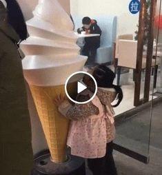 Por favor alguém leva essa criança pra chupar sorvete