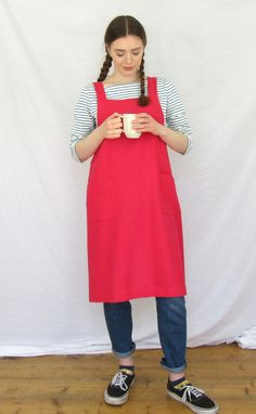 Lovely comfortable, cross back design apron, in linen-cotton fabric. Two patch pockets for collecting bits and bobs. No ties around the neck, or dangly ties coming undone when your hands are covered in muckiness! Orangey-pinky-coral-red, cotton-linen mix fabric, all the linen character with fewer creases.