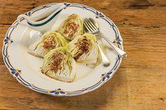 Depois de ganhar um bronze na frigideira, o repolho é servido com caldo e raspas de limão, azeite e pimenta-dedo-de-moça. Delicioso!