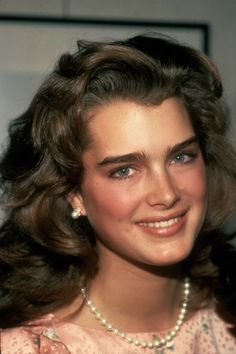 Full Brows - The 36 Hottest Makeup Trends from the Year You Were Born Until Today Dye Eyebrows, Makeup Eyebrows, Brooke Shields Young, Vaquera Sexy, Full Brows, Perfect Eyebrows, Perfect Makeup, Makeup Trends, Beautiful Actresses