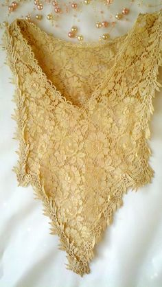 Womens Vintage Ecru Lace Collar - not sure how you would wear it. But it is pretty!