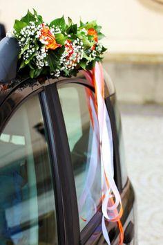 Toller Schmuck für das Hochzeitsauto mit langen Satinbändern, die schön im Wind flattern.