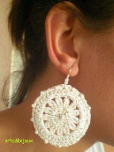 Pendientes en aro a crochet en hilo blanco y plata, con adorno de perlitas.