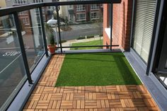 4 Discerning Clever Tips: Artificial Grass Wall Decor artificial plants outdoor decor.Artificial Flowers Look Real artificial plants living room planters. Artificial Grass Balcony, Artificial Plants, Fake Grass, Apartment Balcony Decorating, Apartment Balconies, Condo Balcony, Apartment Design, Ideas Terraza, Balcony Flooring