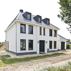 Klassiek woonhuis - herenhuis - wit stucwerk - gevelstucwerk - gevelisolatie - b. Classical Architecture, Garden Architecture, The Ocean, Dream Mansion, Design Exterior, Stucco Homes, Dream House Exterior, Facade House, House Facades