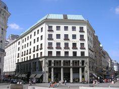 Looshaus, Wien, Austria  Das Looshaus ist ein berühmtes Gebäude in Wien und gilt als eines der zentralen Bauwerke der Wiener Moderne. Es markiert die Abkehr vom Historismus, aber auch von dem floralen Dekor des Secessionismus. Es steht an der Adresse Michaelerplatz 3 gegenüber dem Michaelertrakt der Hofburg.