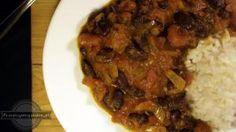 Rajma lub inaczej czerwona fasola i Masala, czyli hinduska mieszanka przypraw. Wypada, żeby nasza Rajma Masala była ostra, bo to przecież curry.  Stąd aż dwie papryczki chili w składnikach (komu wydaje się to za mało może dorzucić szczyptę pieprzu cayenne!). W przygotowaniu i smaku bardzo podobna do Chana Masala (z ciecierzycy), ale jednak czerwona fasola robi różnicę. Fasola powinna być miękka i dosłownie rozpływać się w ustach, dlatego do tego przepisu idealnie nadaje się ta z puszki…