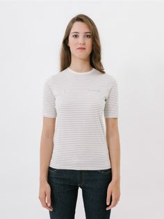 Oinarri Bi White T-Shirt//Our Oinarra T-shirt, a commitment to simplicity and femininity without forgetting that basic touch! Basic slightly fitted T-shirt with short over-sleeves and round neckline to provide maximum comfort. This T-shirt will become your best all-rounder for day to day wear as you can wear it with denim basics, high-waisted trousers or a skirt. 'Summer Vibes' claim embroidery stands out on chest. Made of 100% cotton fabric. Regular fit.