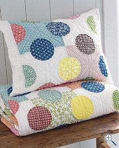 Big Polka Dots Quilt - I like the patchwork look behind the circles Scrap Quilt, Patchwork Quilting, Quilting Projects, Quilting Designs, Sewing Projects, Quilt Baby, Circle Quilts, Quilt Blocks, Circle Quilt Patterns