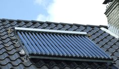 Verwarming met zonneboiler. Terugverdientijd korter dan zonnepanelen. Overzicht voordelen en nadelen. Een zonneboiler zet via een collector op het dak zonlicht om in warmte en verwarmt daarmee de vloeistof (een combinatie van water en antivries) die door leidingen in de zonnecollector loopt.