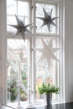 17 Lovely Christmas Window Decor Ideas to Jazz Up Those Glass Panes! decorations windows 17 Lovely Christmas Window Decor Ideas to Jazz Up Those Glass Panes! Nordic Christmas, Elegant Christmas, Christmas Home, Christmas Window Display Home, Christmas Stars, Christmas Windows, Christmas Feeling, Christmas Crafts, Christmas Interiors