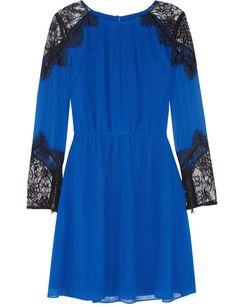 Vestido azul Klein con detalles de encaje en hombros y puños, de Alice + Oliva (380 euros).