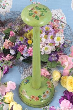 Vintage Home - Painted Daisy Hat Stand: www.vintage-home. Bowl Hat, Mad Hatter Top Hat, Vintage Sewing, Vintage Hats, Hat Display, Daisy Painting, Hat Blocks, Hat Stands, Green Hats