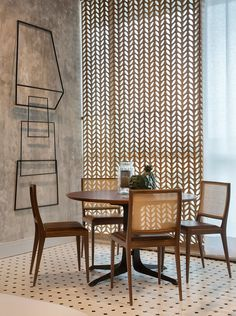 Fall in love with the most dazzling centerpiece ideas for your dining room decor Dining Room Lamps, Dining Room Lighting, Dining Room Design, Room Chairs, Dining Chairs, Dining Room Inspiration, Home Decor Inspiration, Dinner Room, Decoration Table
