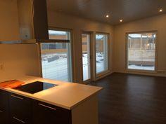 tässä oululaisessa kodissa niemeke rajaa keittiön olohuoneesta tyylillä