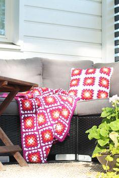 Virkad filt och kudde i mormorsrutor Novita 7 Bröder | Novita knits