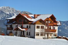 Sportpension Thaler- Winterurlaub in Schladming-Rohrmoos Cabin, House Styles, Home Decor, Small Hotels, Winter Vacations, Pipes, Decoration Home, Room Decor, Cabins