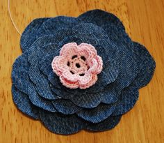 Tutorial for how to make a layered denim flower from old jeans. An easy project, takes just minutes. Denim Flowers, Flowers In Hair, Fabric Flowers, Flores Denim, Denim Hair, Fabric Brooch, Flower Tutorial, Diy Tutorial, Knitted Flowers