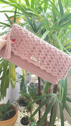 Maxi Clutch Luna Made in crochet with cotton thread, lined with fabric . Crochet Backpack Pattern, Crochet Clutch Bags, Crochet Wallet, Crotchet Bags, Crochet Purse Patterns, Crochet Handbags, Crochet Purses, Knitted Bags, Crochet Bag Tutorials