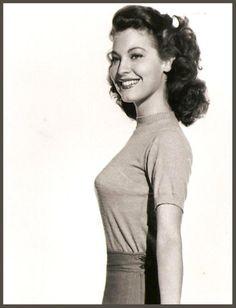 """Ava GARDNER '40-50 (24 Décembre 1922 - 25 Janvier 1990.Fue una actriz del cine clásico estadounidense nominada a los Premios Óscar, considerada una de las grandes estrellas del siglo XX y como uno de los mitos del Séptimo Arte. Conocida por su exuberante y fotogénica belleza, se dice de ella que fue """"el animal más bello del mundo"""".Sufrió de cáncer uterino y se sometió a una intervención donde le practicaron una histerectomía. Murió en Londres de una neumonía a los 67 años de edad,el 25 de…"""