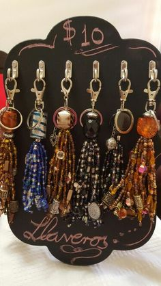 How to display? Tassel Jewelry, Fabric Jewelry, Beaded Jewelry, Handmade Jewelry, Ideas Joyería, Diy Keychain, Diy Purse, Beaded Purses, Bijoux Diy