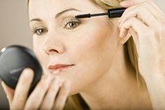 Krijgen je oogleden ook meer en meer last van de zwaartekracht? Met deze mascara-truc kan je gemakkelijk en snel je oogleden 'liften'.