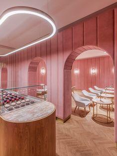 Der Tresen ist das auffälligste Element der Einrichtung und präsentiert die Spezialitäten der Patisserie – Éclairs.