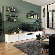 Heel veel groen (de muren en alle planten) in het interieur van Bojoura The best color combinations for your living room is one that fits the atmosphere you want to create. Find a fresh look with these living room color schemes. Design Living Room, Living Room Trends, Living Room Green, Home Living Room, Apartment Living, Tv On Wall Ideas Living Room, Living Room Accent Wall, Wall Cabinets Living Room, Living Room Decor Ikea