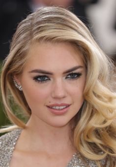 Everything you want to know about Kate Upton's engagement ring (including close-up pictures!).