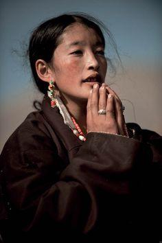 Tibet, U-tsang - Depuis des siècles, le Tibet historique ou «Grand Tibet» comptait trois provinces:  l'U-Tsang, l'Amdo et le Kham. Or, en 1965, les frontières du Tibet ont été redéfinies par les autorités chinoises. Aujourd'hui, seule la province de l'U-Tsang, avec une petite partie du Kham, constitue la Région autonome du Tibet - Jeune femme tibétaine -