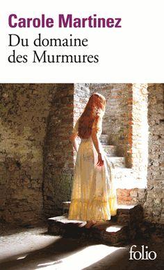 """En 1187, le jour de son mariage, devant la noce scandalisée, la jeune Esclarmonde refuse de dire """"oui"""" : elle veut faire respecter son voeu de s'offrir à Dieu, contre la décision de son père, le châtelain régnant sur le domaine des Murmures. La jeune femme est emmurée dans une cellule attenante ..."""