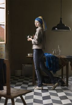 I can't read the language but I love these Vermeer set up photographs! Amazing