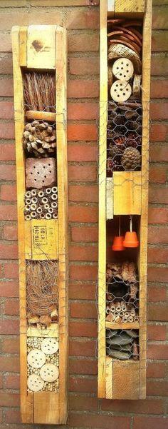 """Der erste Gedanke, den Sie bei einem Insektenhotel haben, ist wahrscheinlich: """"Pfui, all diese fiesen Tierchen"""". Wenn Sie jedoch den Gedanken hinter einem Insektenhotel verstehen, erkennen Sie auch sofort den Mehrwert. Ein Insektenhotel ist nichts anderes als ein paar gestapelte Holzblöcke oder Steine, die mit Holz, Heu und anderen natürlichen Dingen gefüllt sind. Dies zieht …"""