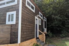 Huge mountain views from a tiny house. If you have ever wondered about living tiny Tiny Houses For Rent, Best Tiny House, Tiny House On Wheels, Tiny House Rentals, Tiny House Living, Tiny House Design, Mountain View, Around The Worlds, Usa