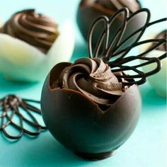 I found this amazing idea for making chocolate cups on Matthew Mead's website. You can fill the chocolate cups with treats or whip up a delectable chocolate mousse with white or dark chocolate. Chocolate Work, Chocolate Heaven, Chocolate Cups, Chocolate Lovers, Chocolate Desserts, Chocolate Bowls With Balloons, Chocolate Pudding, Mini Desserts, Plated Desserts