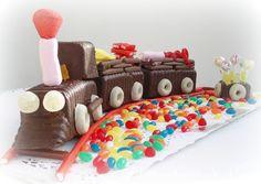 La primera vez que hicimos este tren fue para mi hijo en su 5º cumpleaños. Pensamos que los niños no suelen comer tarta que prefieren los chocolates y las golosinas, así que nos pusimos manos a la obra y entre mi marido y yo montamos esta cosita. Aparentemente parece laboriosos pero más o menos empleamos una horita. Entre el primer tren y el de ahora han pasado diez años. Una amiga, que lo ...