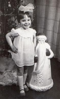Под ёлкой с Дедом Морозом у дяди (маминого брата) в гостях. Всегда любила этого огромного красивого Деда Мороза, хорошо помню, как всегда прикасалась к нему, когда проходила мимо или подходила к ёлке. Он был настоящий, волшебный!!!