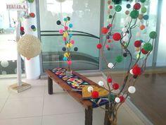 Mesa-banco con maderas recicladas por Deco Donatto. Arboles con pompas tejidas…