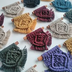 Macrame Design, Macrame Knots, Lucky Charm, Crafts To Sell, Winter Hats, Tapestry, Embroidery, Crochet, Mini
