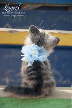 Купить или заказать Ричард. Валяный сибирский котенок в интернет-магазине на Ярмарке Мастеров. Ричард - пушистый беззаботный котенок сибирских кровей, улыбчивый синеглазый добряк. Выполнен в технике сухое валяние из натуральной овечьей шерсти. На ощупь плотный, теплый и очень пушистый. Котик тяжелый - в тельце гранулят. Окрас выполнен путем смешения различных оттенков цветной шерсти. В хвостике проволочный каркас, что позволяет изменять его положение Авторская войлочная скульптура Lemerk…