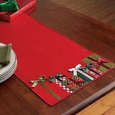 Present Appliqué Table Runner to use bottom as mug rug design. I love this idea of little gift boxes ! Table Runner And Placemats, Table Runner Pattern, Quilted Table Runners, Burlap Table Runners, Christmas Runner, Noel Christmas, Christmas Table Runners, Christmas Placemats, Purple Christmas