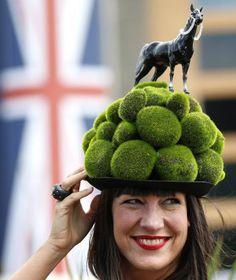 Model und Schauspielerin Tiffany Rowe präsentiert beim Pferderennen in Ascot diesen ungewöhnlichen aber sehr passenden Hut