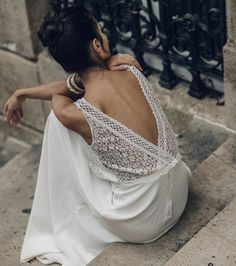 Robe de mariée avec dos nu croisé en dentelle - Laure de Sagazan
